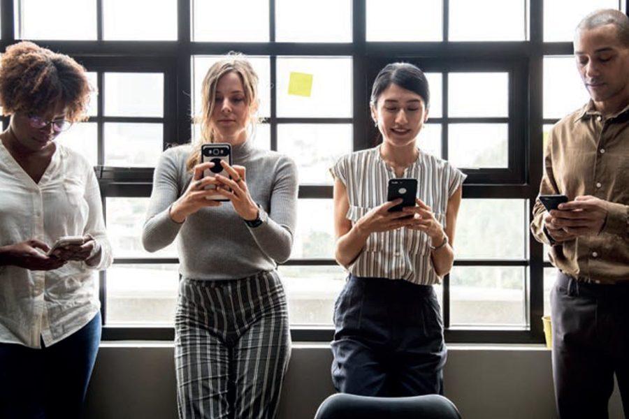 Collaborateurs d'entreprise consultant leur smartphone
