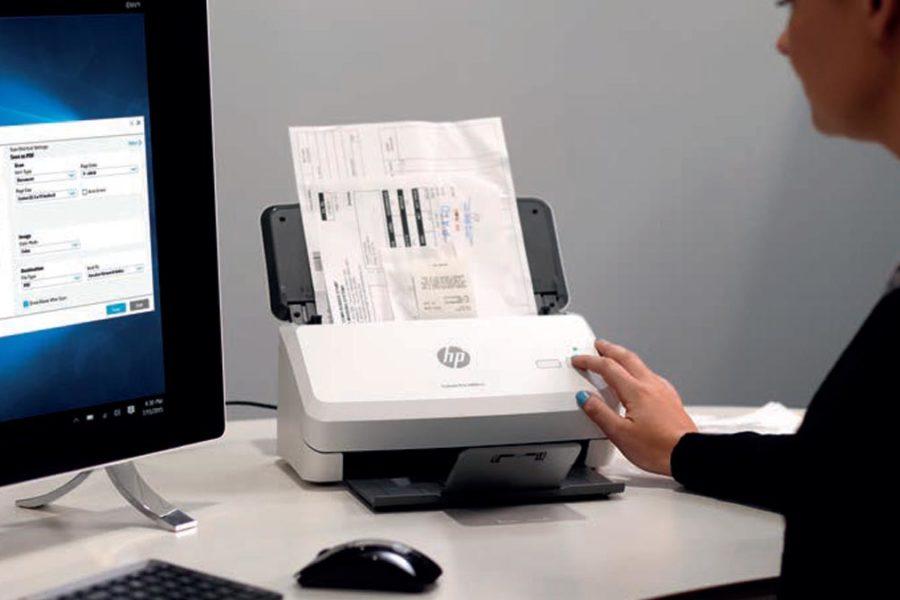 Personne qui scanne un document
