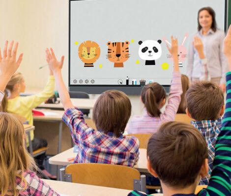 Salle de classe avec tableau numérique